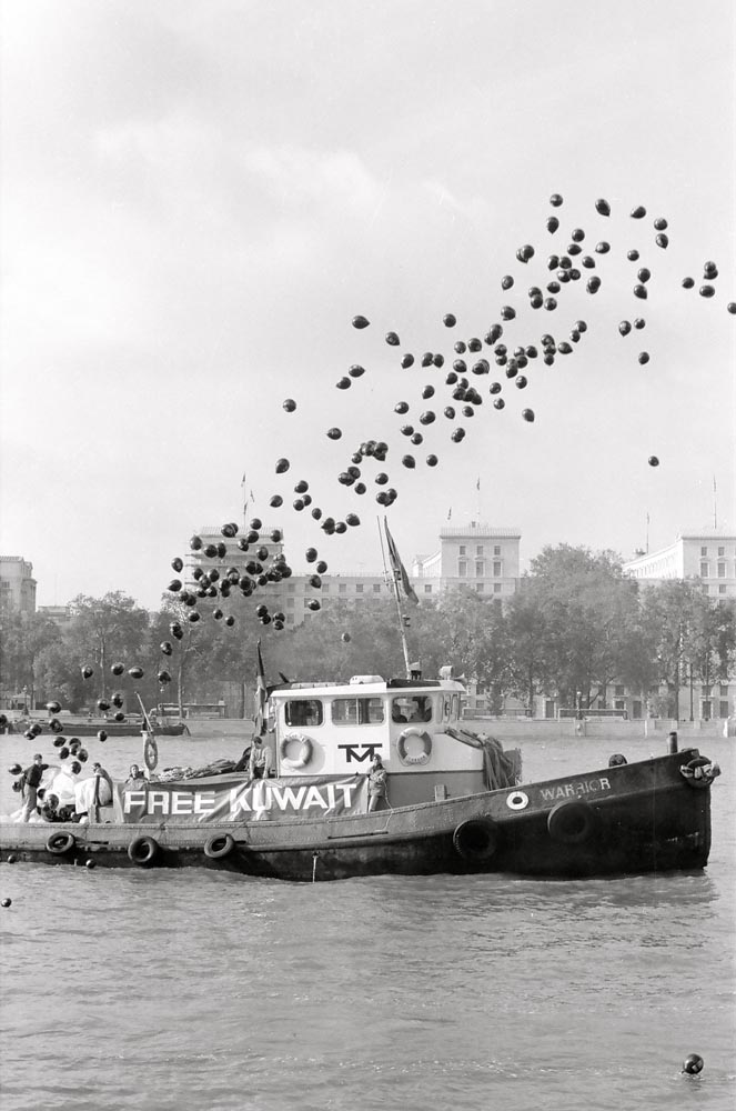 November 2, 1990  Boat releasing black balloons on Thames River at the morning event